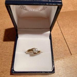 14K yellow gold diamond ring .